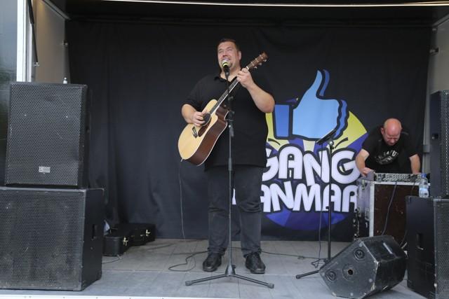 Amin Jesnen er i gang med et af sine nummer på gitar Foto: Michael Johannessen