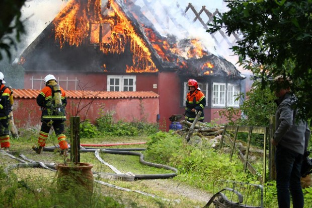 Brandfolkene kæmpede mod flammerne, men ejendommen udbrændte. Foto: Skadestedsfotograf.dk - Johnny D. Pedersen.