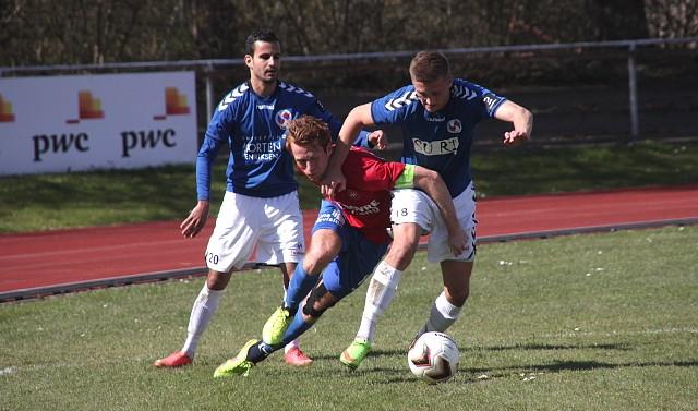 Der blev kæmpet om bolden, da Holbæk B&I søndag mødte Hvidovre IF på Holbæk Stadion. Foto: Rolf Larsen.