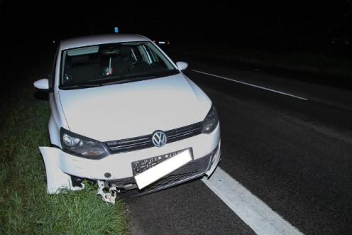 Bilisten slap uskadt, men bilen blev ødelagt ved en påkørsel af en gren på vejen i nat. Foto: Morten Sundgaard/Skadestedsfotograf.dk