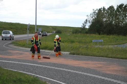 """Der blev spredt """"kattegrus"""" på den spildte olie. Foto: Morten Sundgaard/Skadestedsfotograf.dk."""