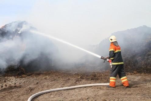 Brandvæsnet måtte søndag eftermiddag rykke ud for at slukke ild i en stabel halmballer. Foto: Morten Sundgaard - Skadestedsfotograf.dk.
