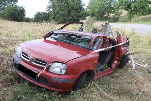 Redningsmandskabet måtte klippe taget af bilen, for at få bilens fører skånsomt ud. Foto: Morten Sundgaard - Skadestedsfotograf.dk.