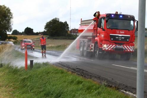 Brandvæsnet fjerner spildt jord fra vejbanen. Foto: Skadestedsfotograf.dk - Johnny D. Pedersen.
