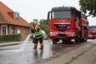 Vejbanen blev spulet efter et større spild af slam på Hovedgaden i Mørkøv. Foto: Morten Sundgaard - Skadestedsfotograf.dk.