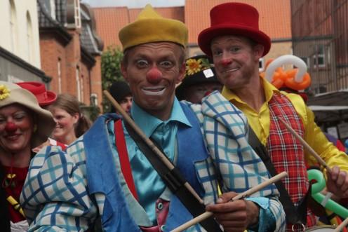 Lørdag gik klovne i parade gennem Holbæk med musik og klovnerier. Foto: Rolf Larsen.