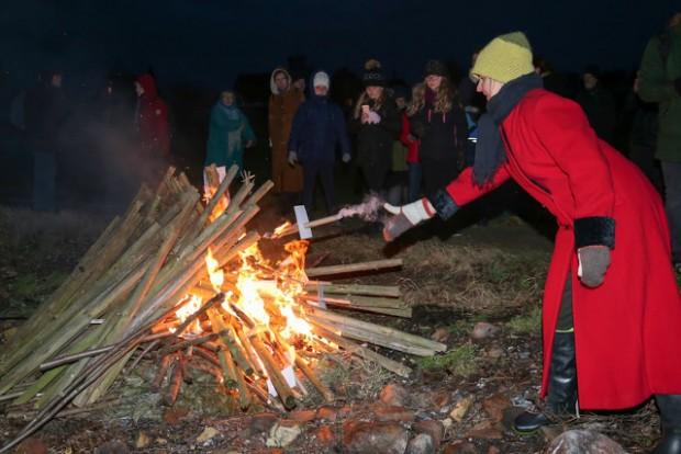 Med fakler og bål protesterede op mod 100 mennesker mod regeringens nye kyst-politik. Foto: Michael Johannessen.