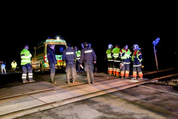 Politi, ambulancemandskab og brandvæsnet blev kaldt ud, da en person blev påkørt af toget ved Knabstrup lørdag aften. Foto: Michael Johannessen.