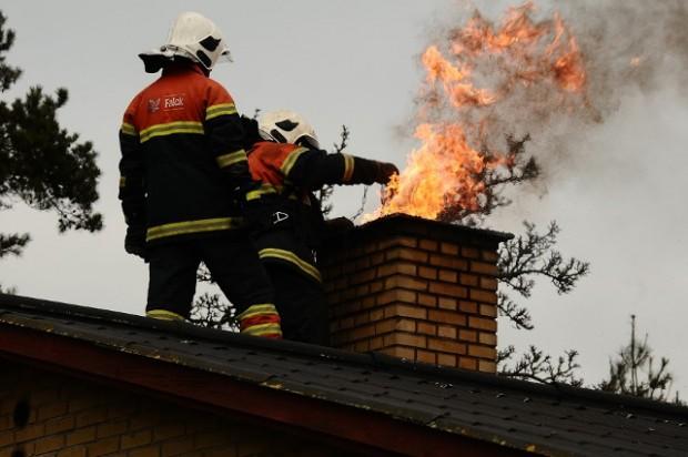 Brandvæsnet måtte mandag rykke ud til en skorstensbrand i Kundby. Foto: Alex Christensen.