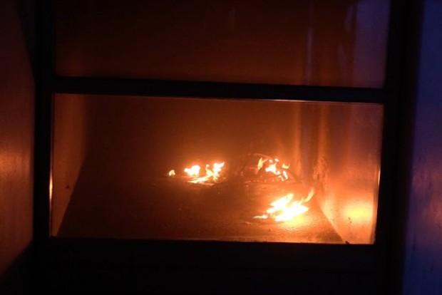 Der var formentlig tale om en påsat brand, da en barnevogn tirsdag aften stod i flammer i en opgang i Ladegårdsparken. Foto: Michael Johannessen.