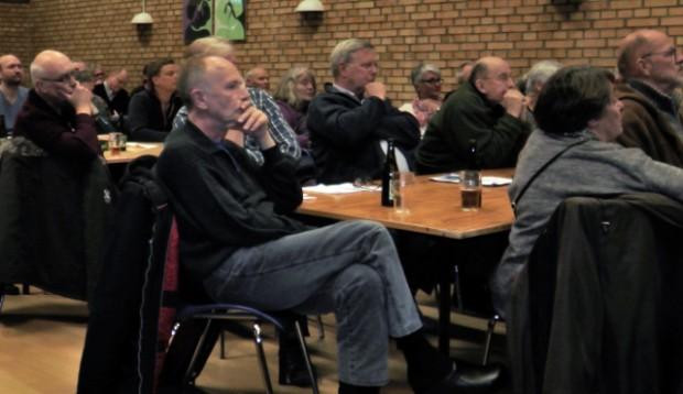Der blev lyttet under mødet i går i Orø Forsamlingshus. Foto: Jesper von Staffeldt.