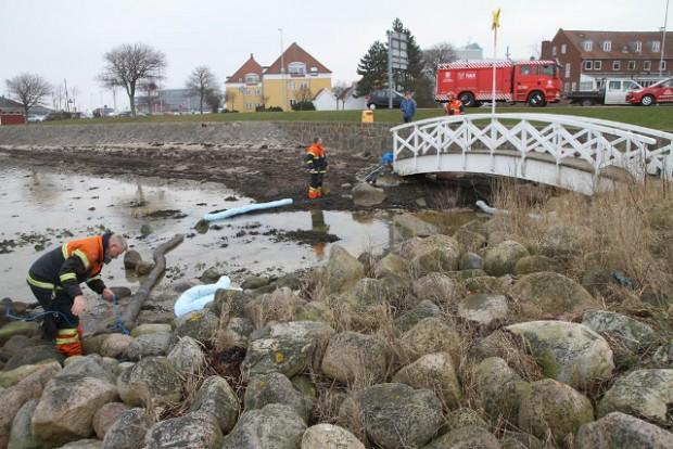 """Brandvæsnet lagde flydespærringer ud ved """"Den hvide bro"""", da der blev opdaget olie i vandet. Foto: Morten Sundgaard - Skadestedsfotograf.dk"""