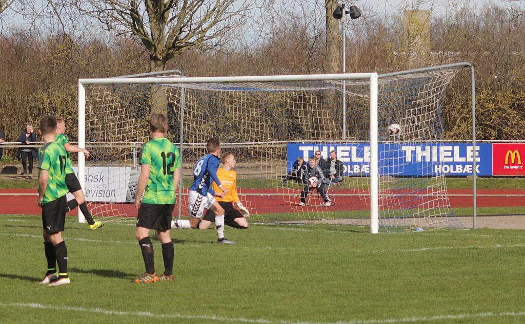 Jonas Bengtson sætter bolden i Næsby mål til 1-0. Foto: Rolf Larsen.