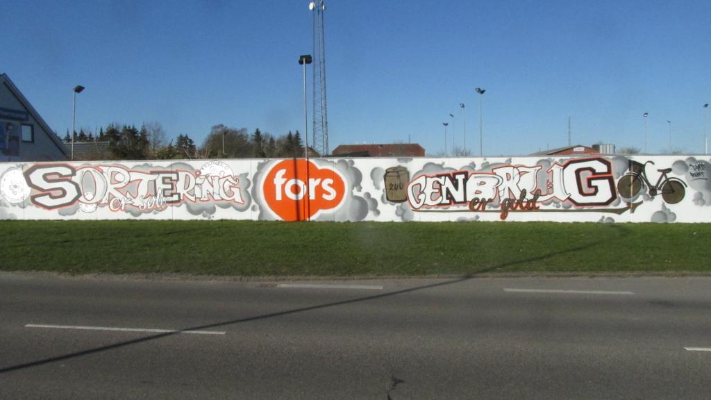 """""""Sorteing er sølv - genbrug er guld"""" står der på det graffitiværk, som er blevet malet ved genbrugspladsen i Holbæk. Foto: Rolf Larsen."""