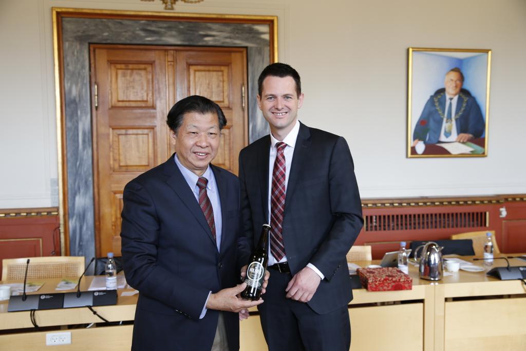 Viceborgmesteren fra den kinesiske millionby Quanzhou udvekslede gaver med borgmester Søren Kjærsgaard. PRfoto: Holbæk Kommune.