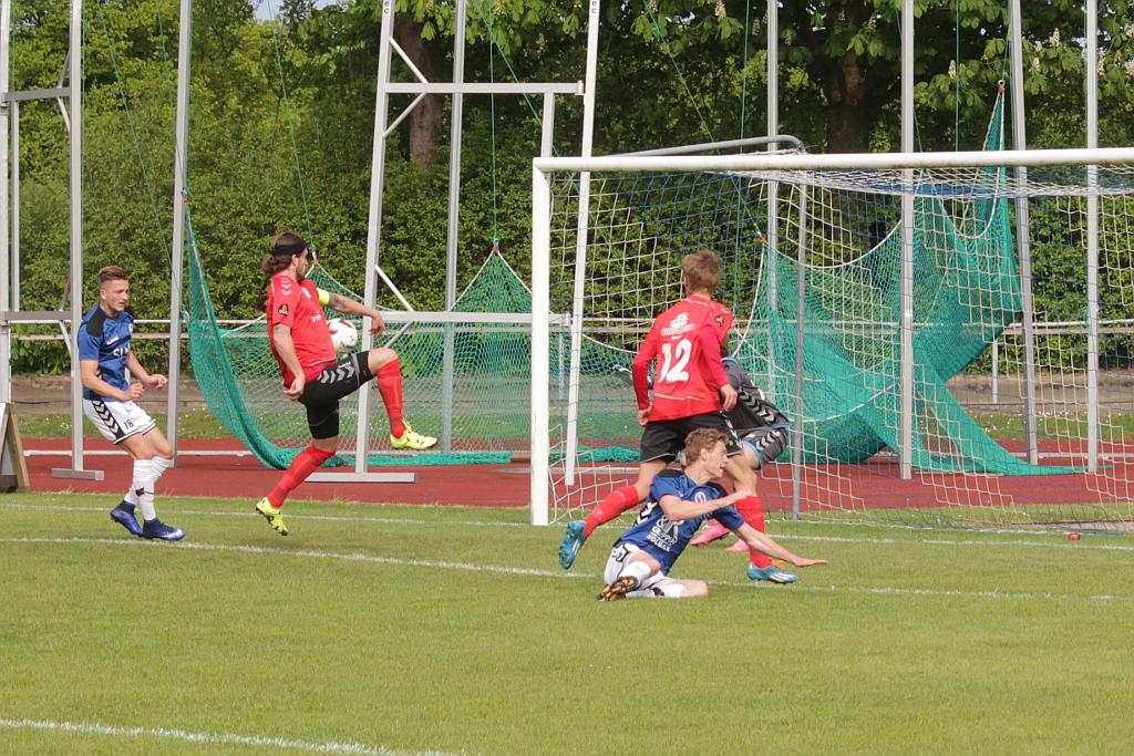 Jammerbugts anfører Emil Haucke scorer selvmål og sørger dermed for en 3-2 sejr til Holbæk. Foto: Rolf Larsen.