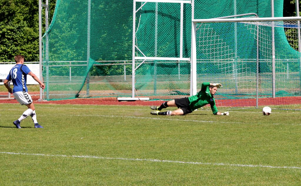 Jonas Bengtson redder lidt af æren da han her scorer til 1-3. Foto: Rolf Larsen.