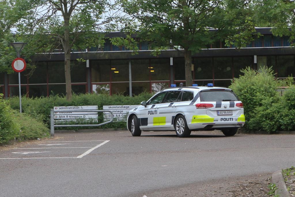 En politipatrulje ved Bispehøjen SFO tirsdag eftermiddag. Foto: Morten Sundgaard - Skadestedsfotograf.dk.