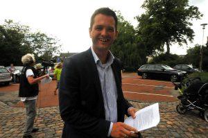 Borgmester Søren Kjærsgaard på vej til byrådsmødet. Han mener, at besparelserne vil kunne mærkes af både borgere og medarbejdere. Foto: Alex Christensen.