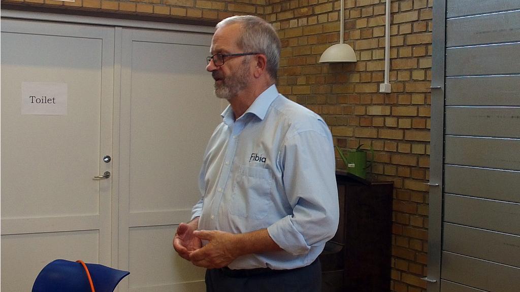 Fibias konsulent Jens Tang orienterer om Fibias fibernet ved et møde i Orøs Forsamlingshus. Foto: Jesper von Staffeldt.