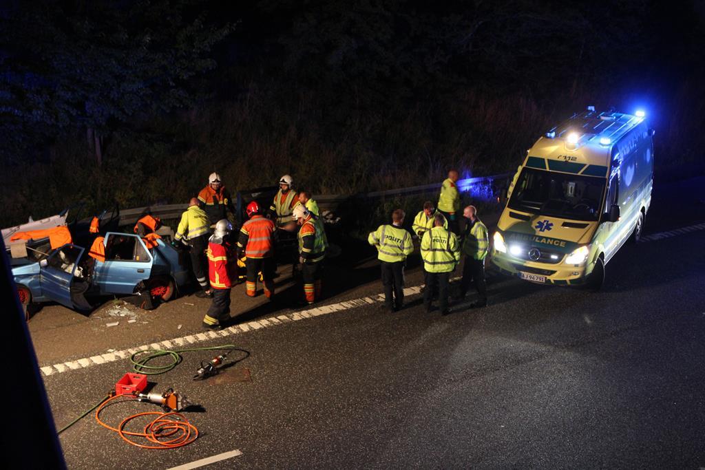 Politi og redningsmandskab måtte i aktion, da en bilist kørte galt på Holbækmotorvejen. Foto: Morten Sundgaard - Skadestedsfotograf.dk.