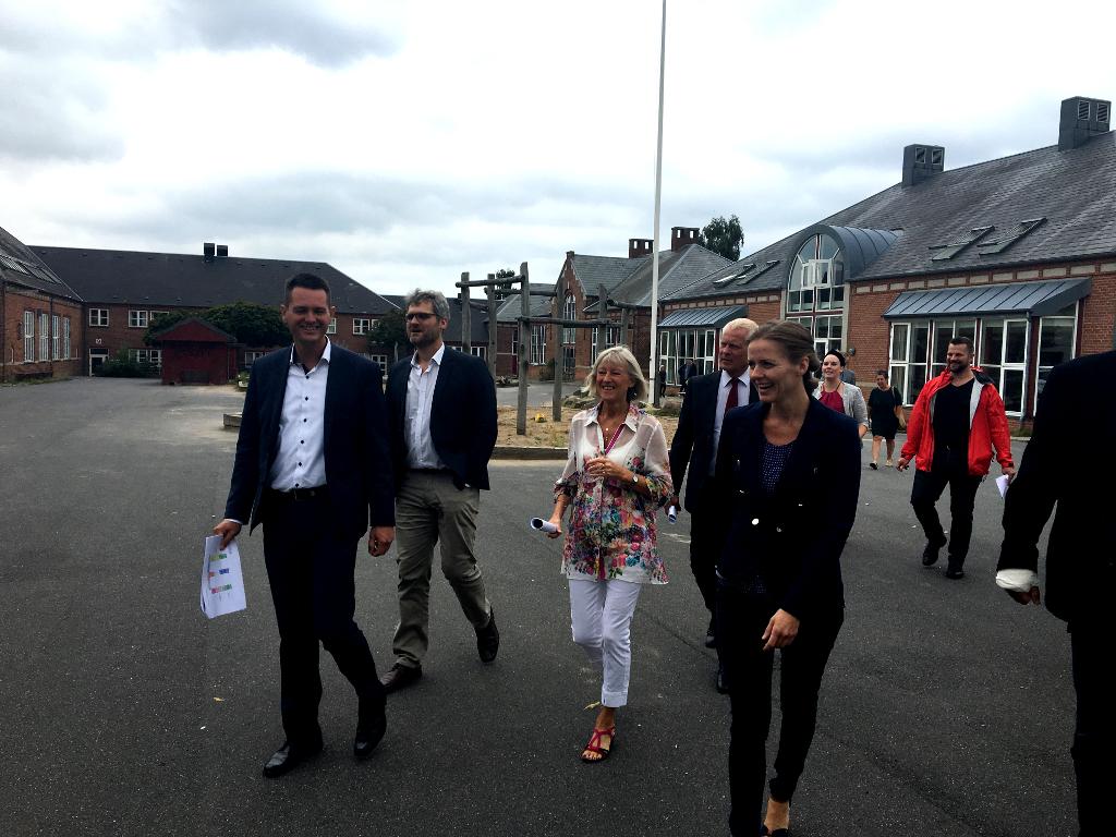 Minister Ellen Trane Nørby var bl.a. sammen med borgmester Søren Kjærsgaard rundt og se EVAs nye lokaler på Østre Skole.