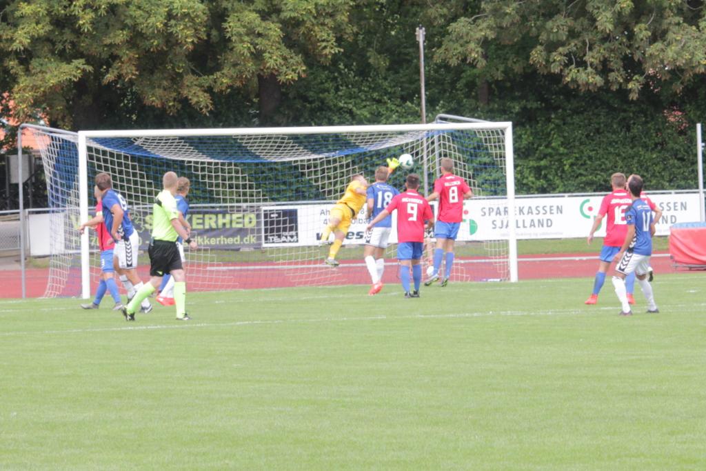Mads Bøjesen sender bolden forbi Hvidovres målmand på et hovedstød til 1-0. Foto: Rolf Larsen.