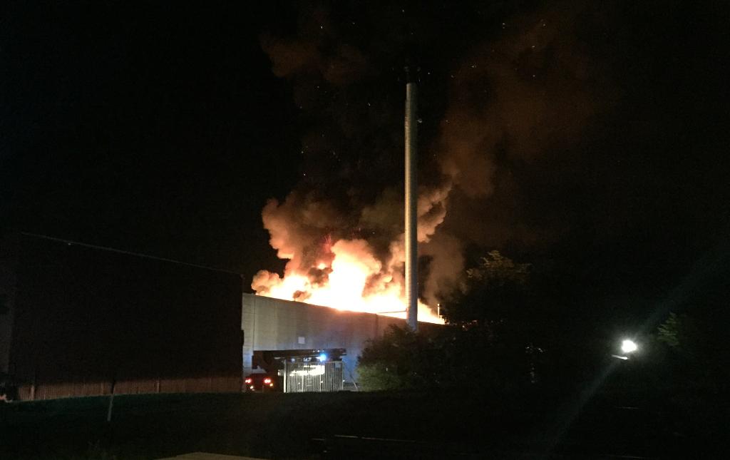 En tankvogn fra Holbæk blev tilkaldt som assistance da denne industribygning mandag aften stod i flammer i Osted. Foto: Michael Johannessen.
