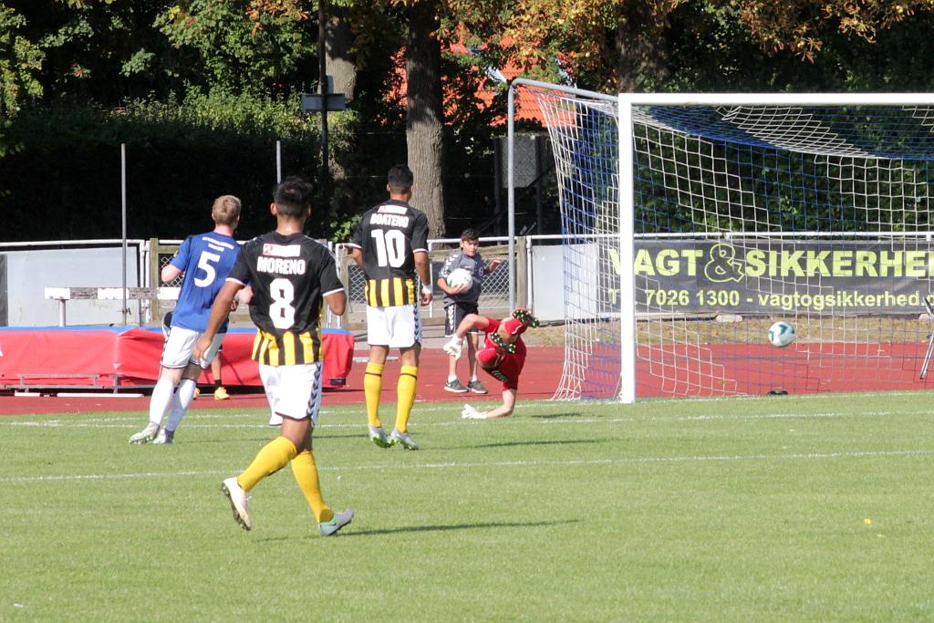 Kludderspil i forsvaret og så scorer Brønshøjs nr. 10 Christoffer Boateng til 0-1. Foto: Rolf Larsen