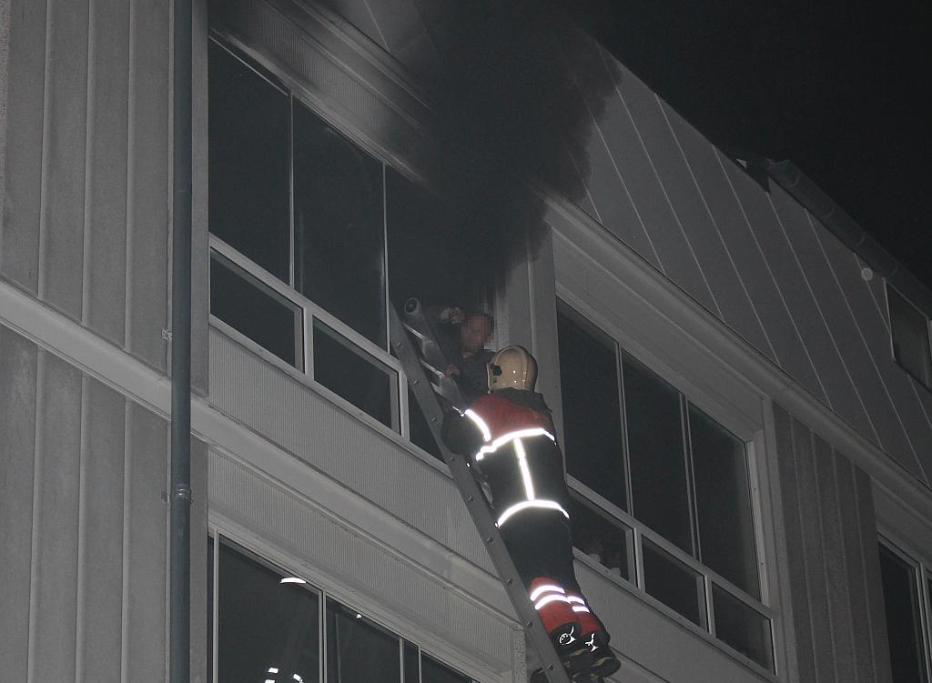 Her reddes en mandlig beboer ud af en brændende lejlighed i Ladegårdsparken. Foto: Rolf Larsen.