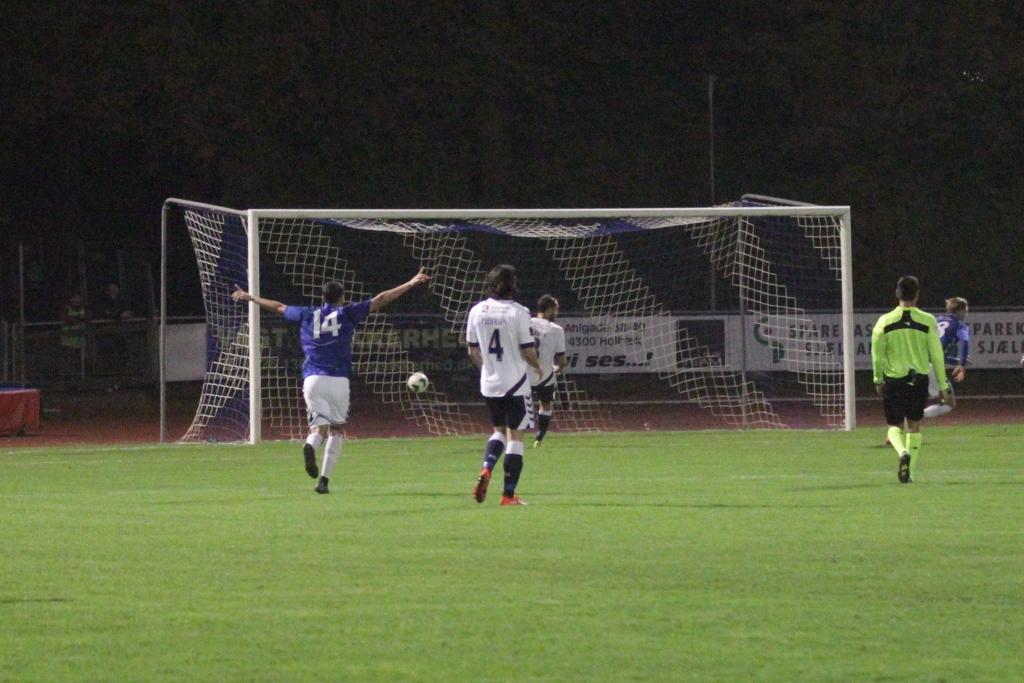 Simon Ustrup har netop placeret bolden i AGFs mål til 1-1 til glæde for Mohammed Asrihi, der rejser armene i glæde. Foto: Rolf Larsen.