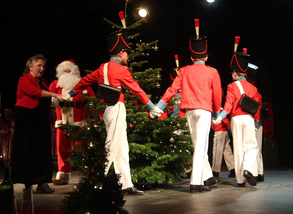 Der blev danset om juletræet ved søndagens julekoncert på Kulturkasernen. Foto: Rolf Larsen.