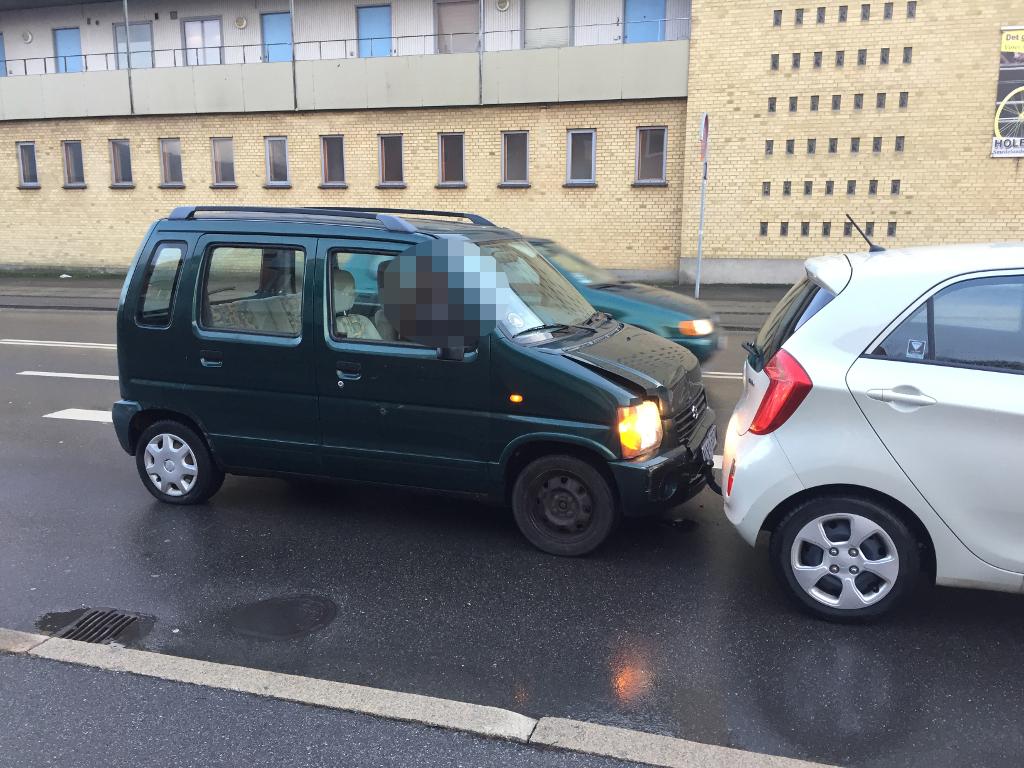 Føreren af denne Suzuki Wagon R, en 56-årig mand fra Holbæk, var spirituspåvrket, da han påkørte en forankørende bil. Foto: Michael Johannessen.