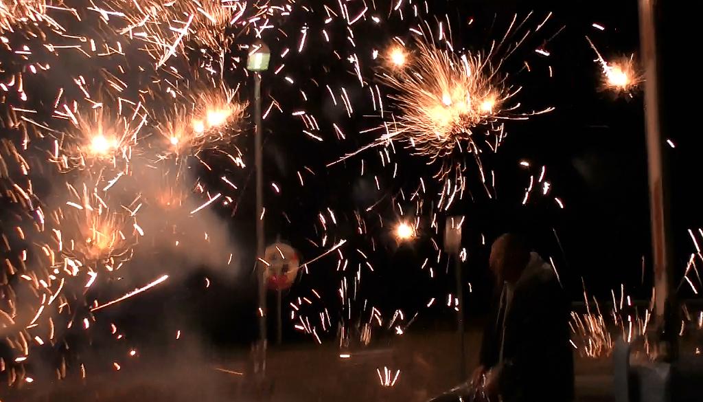 Et batteri eksploderede mellem tilskuerne på Orø Havn nytårsnat. Foto: Jesper von Staffeldt.