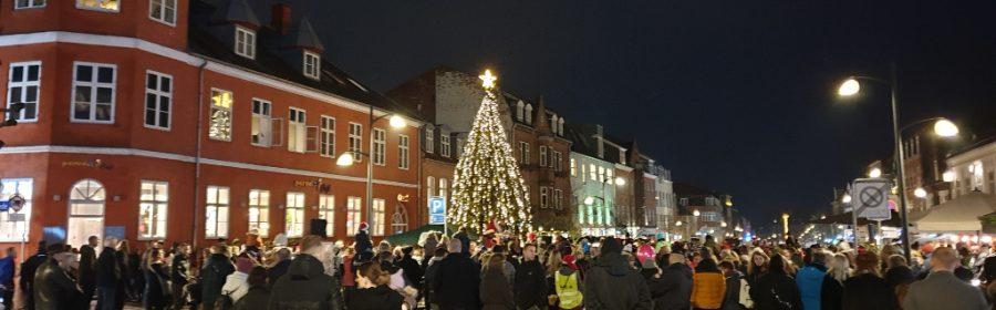 Fredag blev juletræet i Ahlgade tændt. Foto: Alex Christensen.