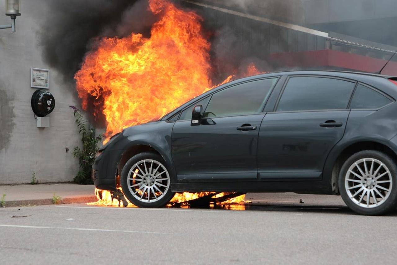 Bil stod i flammer ved SPAR