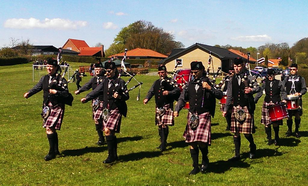 Holbæk Pipe Band forlader arenaen i Hornsyld ved Horsens som vindere af det danske mesterskab for pipe bands – men uden selv endnu at vide det. Foto: Holbæk Pibe Band.