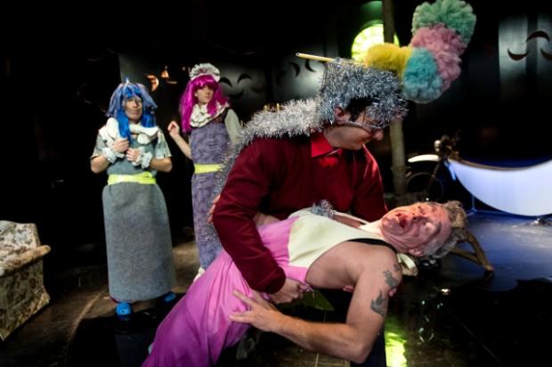 Det hele er rablende skørt - og helt vidunderligt sjovt i Holbæk Teaters nye forestilling Den Lilla Møghætte og Pulven. PR Foto: Mie Neel.