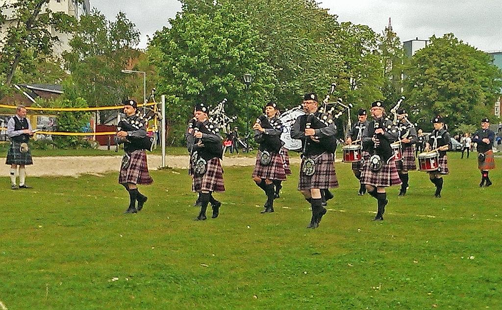 Holbæk Pipe Band marcherer ind på arenaen i konkurrencen, der gav et skandinavisk mesterskab i March, Grade 4. Foto: Holbæk Pibe Band.