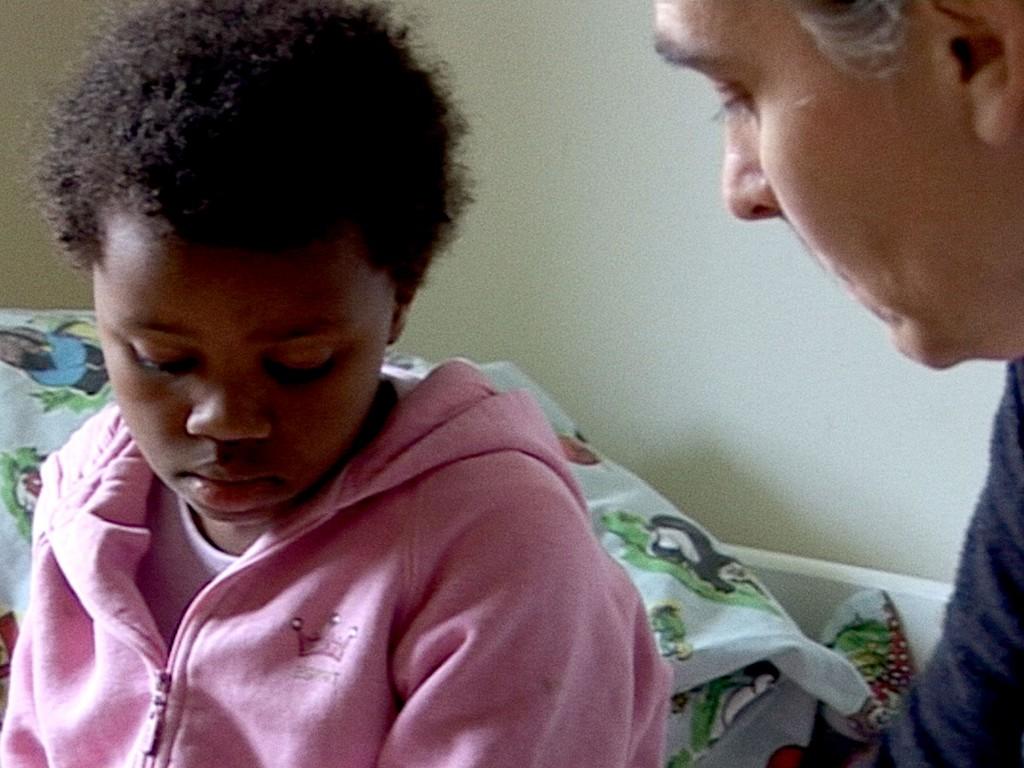 """Masho får her  besked om, at hun skal på børnehjem. Fra dokumentaren """"Adoptionens pris"""". Nu har en egyptisk domstol annulleret adoptionen.  Foto: TV2"""