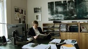 Ekstra Bladets chefredaktør Poul Erik Madsen på sit kontor med avisen i hænderne. Foto: Mikala Krogh.