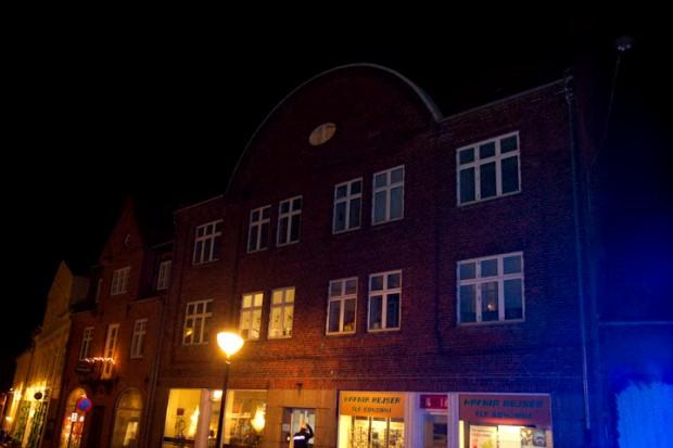 Buen på toppen af denne ejendom var i fare  for at vælte ned på Ahlgade. Foto: Michael Johannessen.