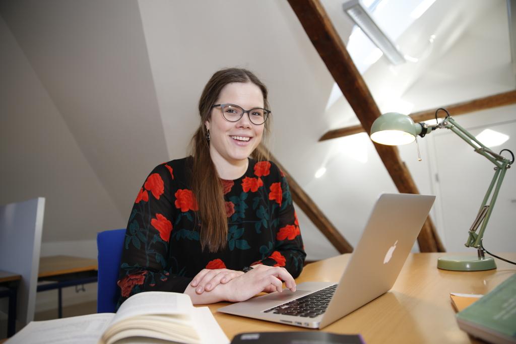 Anne-Sofie Delcomyn Rasmussen benytter sig af tilbuddet hos Holbæk Uddannelses- og Studiecenter når hun skriver speciale. Foto: Holbæk Kommune.