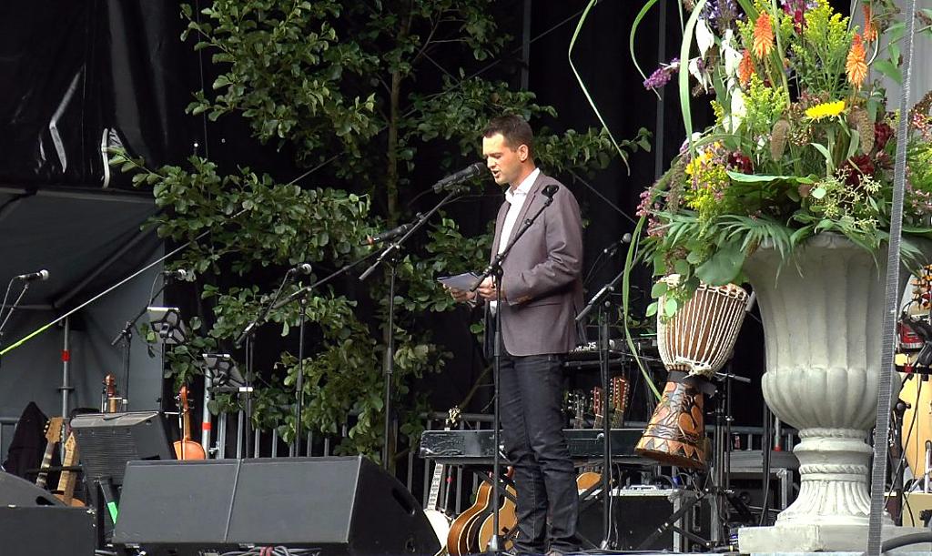 """Borgmester Søren Kjærsgaard taler om samhørighed ved åbningen af """"Sommersang på Dorthealyst"""". Foto: Jesper von Staffeldt."""