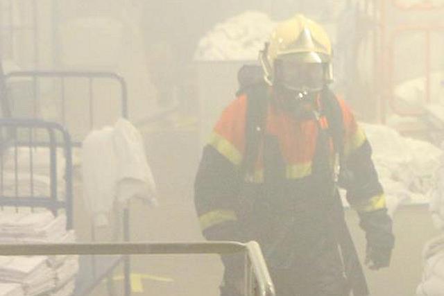 Natten til mandag var der brand i en rullemaskine på centralvaskeriet på Holbæk Sygehus. Foto: Morten Sundgaard - Skadestedsfotograf.dk.