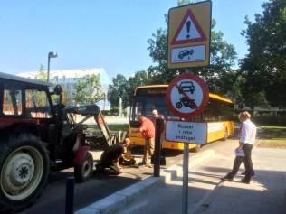 """""""Pullerten"""", der skal forhindre andre køretøjer end bybussen i at køre igennem Ladegårdsparken, måtte fjernes helt, da den mandag eftermiddag gik i stykker. Foto: Rolf Larsen."""