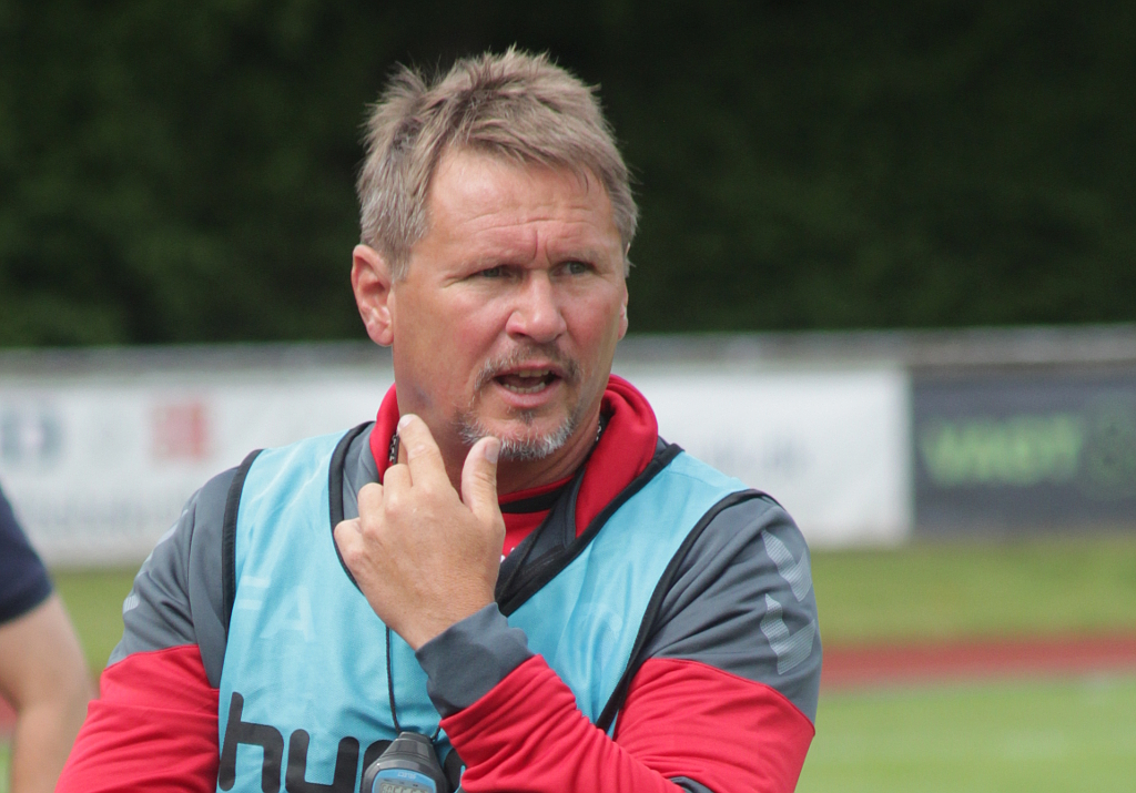 Cheftræner Freddy Andersen kan glæde sig over at hans hold vandt 1-2 på udebane over B93. Foto: Rolf Larsen.