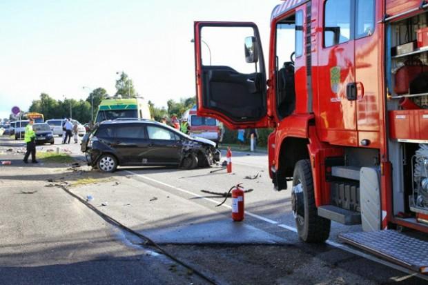 Tre personer blev kørt til skadestuen efter et færdselsuheld på Roskildevej. Foto: Skadestedsfotograf.dk - Morten Sundgaard.