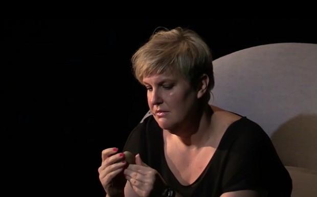 "Karoline Lindberg i teaterdokumentaren ""Fed"". Foto: Jesper von Staffeldt."