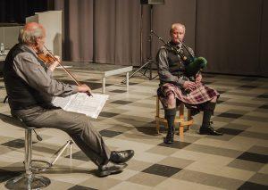 """De to falstringer med """"Fiddle and Smallpipe"""", Arne Olsen på violin og Jens Hørring Olsen på smallpipe er også i Nyvang. Her er de fotograferet ved Holbæk Pipe Bands efterårskoncert sidste år. Foto: Holbæk Pibe Band."""
